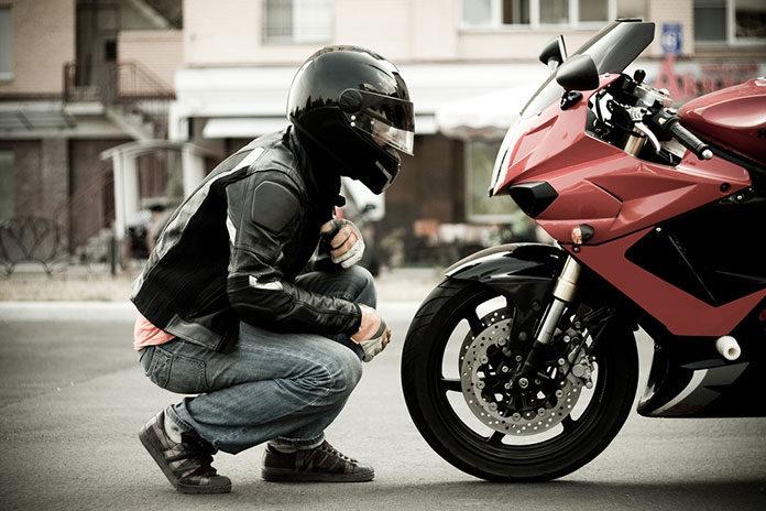 Kurtki motocyklowe - skórzana czy tekstylna? Jaką dobrać?